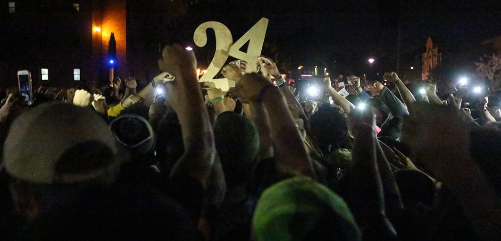 Students holding up No. 24 at the candlelight vigil remembering Robert Greys on Jesse Rogers Promenade on Sept. 21. photo by Elias Maki