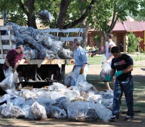 MSU community members help clean up trash from Sikes Lake. (Photo by Hannah Hofmann)