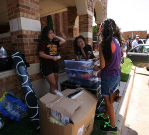 Victoria Estrada, freshman in mathematics, waits with her sisters and mom before moving into her dorm at Killingsworth. Photo By Yasmin Persaud