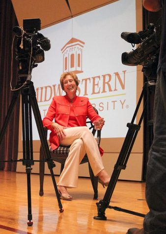 President Suzanne Shipley discusses with media reporters after the press conference about thier favorite local places to go out to eat. Photo by Rachel Johnson