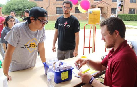 James Huynh, nursing junior, helps Clint Coulter, Pierce residence hall director, search through the Pierce residents' keys on Move-In Day August, 18, 2015. Photo by Rachel Johnson