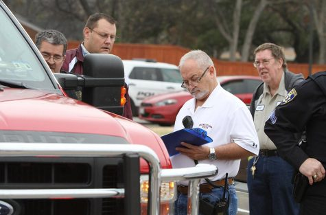 Chief of Police Dan Williams talks with members of the police and fire departments after a bomb threat forced the evacuation of the campus Dec. 8, 2014. Photo by Lauren Roberts