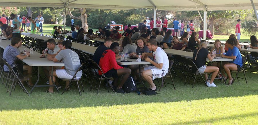 Student eat dinner during the presidents picnic at Sikes House on Aug. 27. Photo by Stephen Gomez