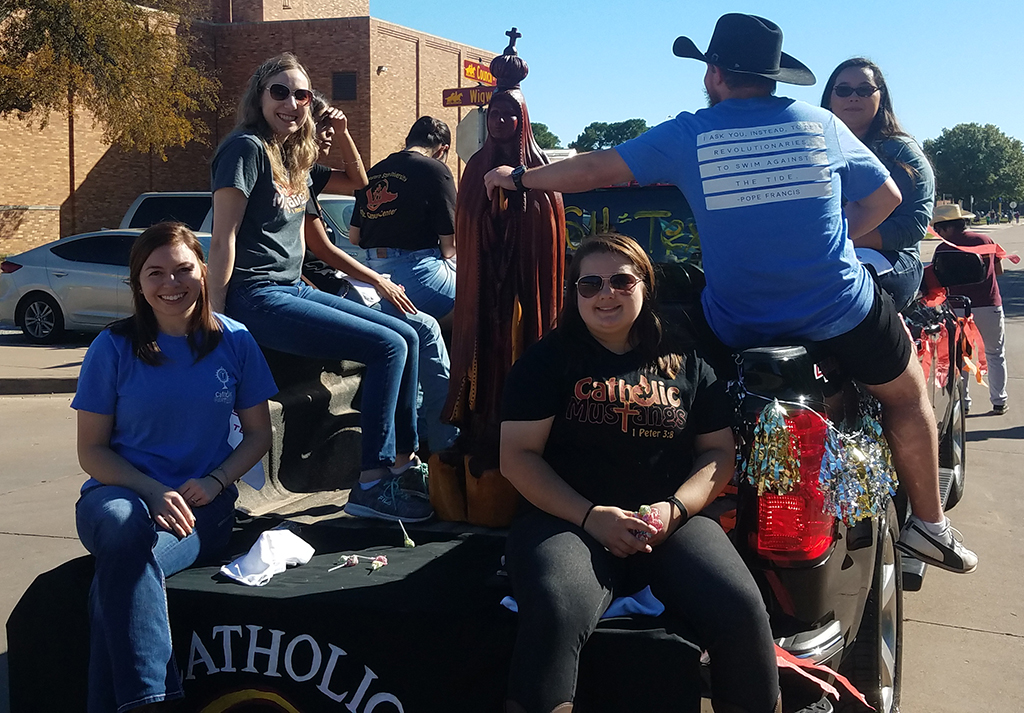 Catholic+Campus+Ministry+poses+with+St.+Mary+during+the+Homecoming+Parade+on+October+27%2C+2018.+Phone+Photo+by+Stephen+Gomez