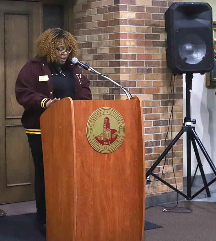 Shunta+McFadden+makes+remarks+on+behalf+of+the+Alumni+Association+at+the+Senior+Walk+event+in+the+Clark+Student+Center.
