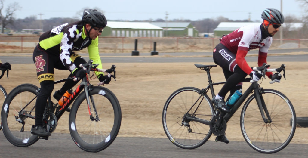Ben+van+Winkle+%28left%29%2C+exercise+physiology+drafts+behind+rival+during+men%27s+%27B%27+criterium+race.+Photo+by+Sharome+Burton.+March+10.