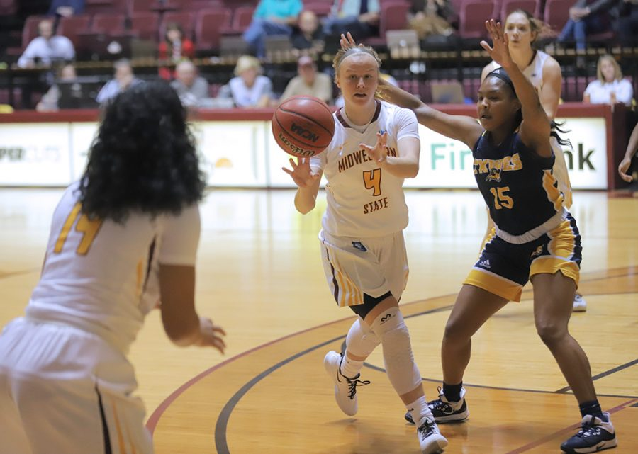 Business+finance+senior+and+guard+Mica+Schneider+passes+to+radiology+junior+and+forward+Kityana+Diaz+for+a+3-pointer+against+Texas+Wesleyan.+Nov.+16.+Photo+by+Bridget+Reilly