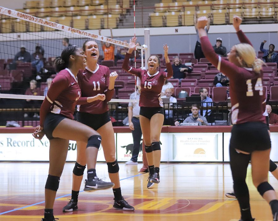 The+Mustangs+celebrate+a+point+scored+by+mass+communications+sophomore+and+outside+hitter+Taylor+Anderson.+Nov.+8.+Photo+by+Bridget+Reilly